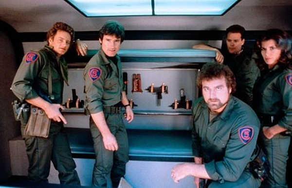 """Cała drużyna """"Command 5"""" pozująca do zdjęcia w przestrzennym wnętrzu swojego Vana."""