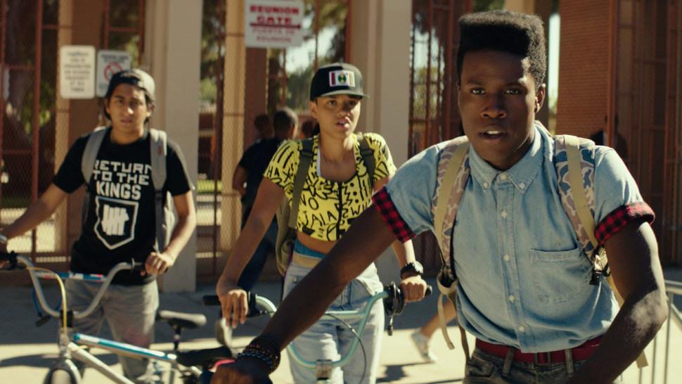 """D jak Dope. Piękne uczucie, bycie świadkiem narodzin legendy. Film Ricka Famuyiwa zawiera polityczno-społeczny kościec rodem z wczesnej twórczości Spike'a Lee, szczerość przekazu """"Boyz n the Hood"""" oraz szaloną energię i bezpretensjonalny humor murzyńskich stoner movies z lat 90. Za dziesięć lat znajdziemy go w każdym szanującym się zestawieniu tytułów ważnych dla kultury afroamerykańskiej."""