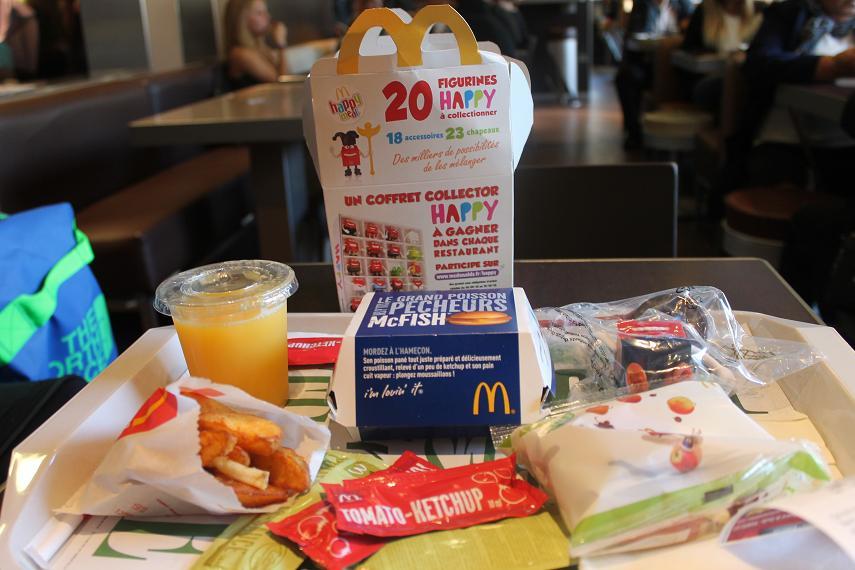 """W jak wyżywienie. Znajomy stwierdził, że jedzenie w Cannes jest ogólnie żałosne, jeżeli nie jesteśmy gotowi zapłacić więcej jak 25 euro od osoby. Coś w tym jest, głównie żywiłem się w McDonaldzie, bo był blisko, jeżeli miałem trochę więcej czasu (czyli ok. godziny), to wtedy szedłem do znalezionej w zeszłym roku restauracji typu fish & chips prowadzonej przez Walijkę. To było dla mnie """"coś konkretniejszego"""". Dwa razy poszedłem na pizze, w jednym miejscu dostałem przypaloną, w drugim nieco przypaloną, zapiłem to coca-colą po złodziejskiej cenie (5 euro). W Cannes nie wiedzą jak zrobić porządną pizze. Spotkałem się z osobą, która każdego dnia wracała do swojego wynajętego apartamentu i sama sobie gotowała. No niby fajnie, ale szkoda czasu, za dużo filmów by uciekło. Sen i porządny obiad to luksus, na który można sobie pozwolić przez resztę roku."""