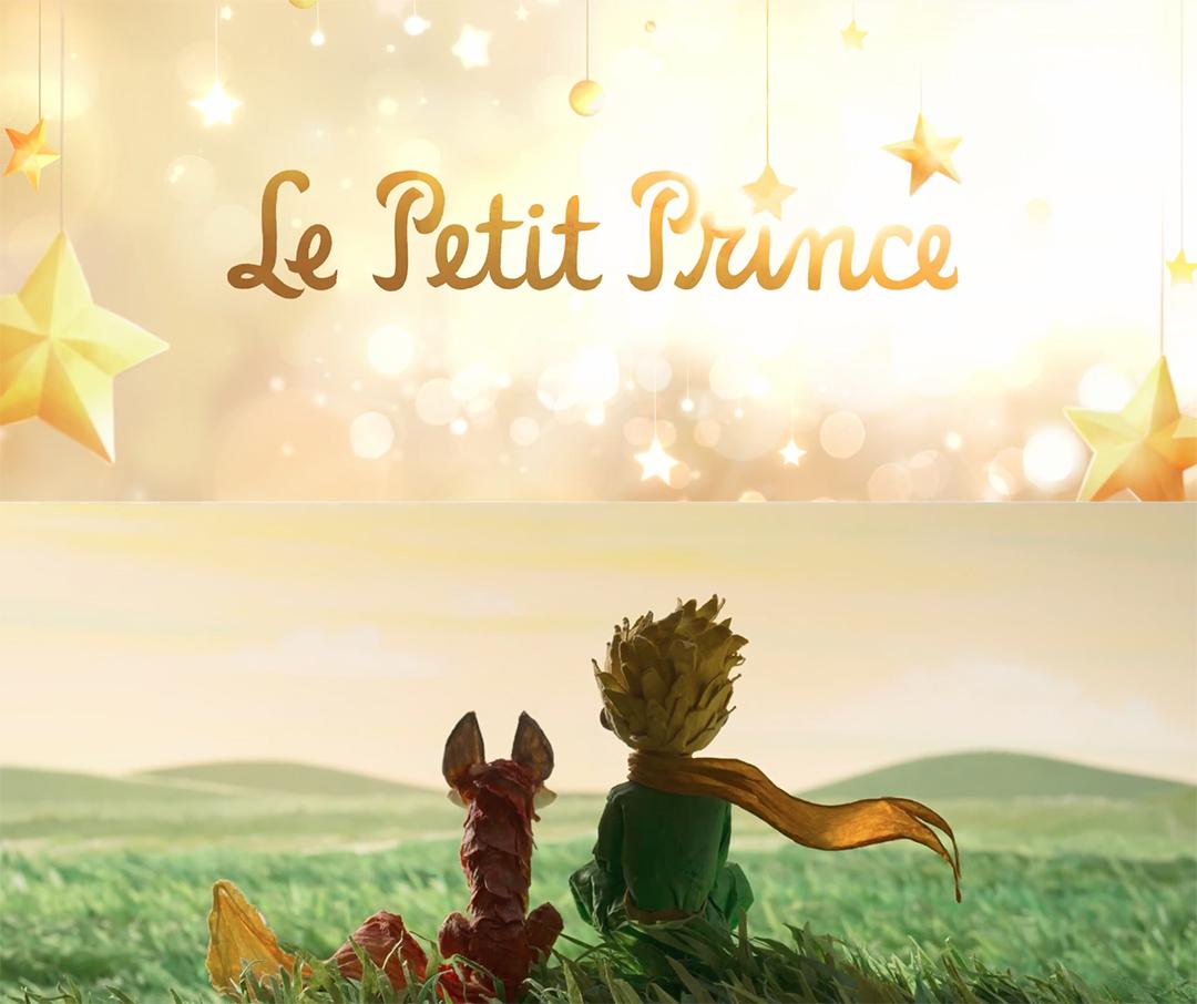 """A jak Antoine de Saint-Exupery. Czyli """"Mały książę"""". Nie jest to typowa ekranizacja. Na filmie Marka Osborne'a nie sposób się nudzić. Przy realizacji zastosowano aż trzy różne techniki animacji. Współczesny wątek opowiedziano przy pomocy nowoczesnej animacji komputerowej, książkową historię Małego Księcia zaprezentowano w animacji poklatkowej, a resztę rzeczy dopowiedziano posiłkując się klasyczną animacją. Równie bogaty jest scenariusz, dbający o odpowiednią ilość wzruszeń i śmiechu, podnoszący emocje energetyczną sceną akcji, a przy tym obfitujący w głębsze treści, garść ciekawych przemyśleń na temat dorastania, umierania, a nawet kultury korporacyjnej. Perełka."""
