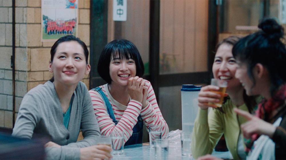 """U jak Umimachi diary. Czyli nowy film Koreeda Hirokazu (""""Jak ojciec i syn""""), okazał się być urokliwą obyczajową historią o budowaniu więzi rodzinnych. Wzorcowy przykład narracji, która spokojnie """"płynie"""", a widz musi wskoczyć do łódki sterowanej przez reżysera, wygodnie się rozsiąść, poddać delikatnemu nurtowi i delektując się pięknem okolicznej przyrody, oglądać obrazki z życia normalnej japońskiej rodziny, śledząc historię ludzi, którzy w naturalny sposób są życzliwi dla innych, nie szukają konfliktów i potrafią cieszyć się z drobnych rzeczy."""