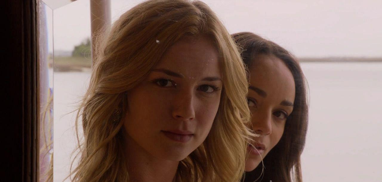 "Emily VanCamp jako Emily Thorne w ""Revenge"", 01×01, ""Pilot"". W tle Ashley Madekwe jako Ashley Davenport"