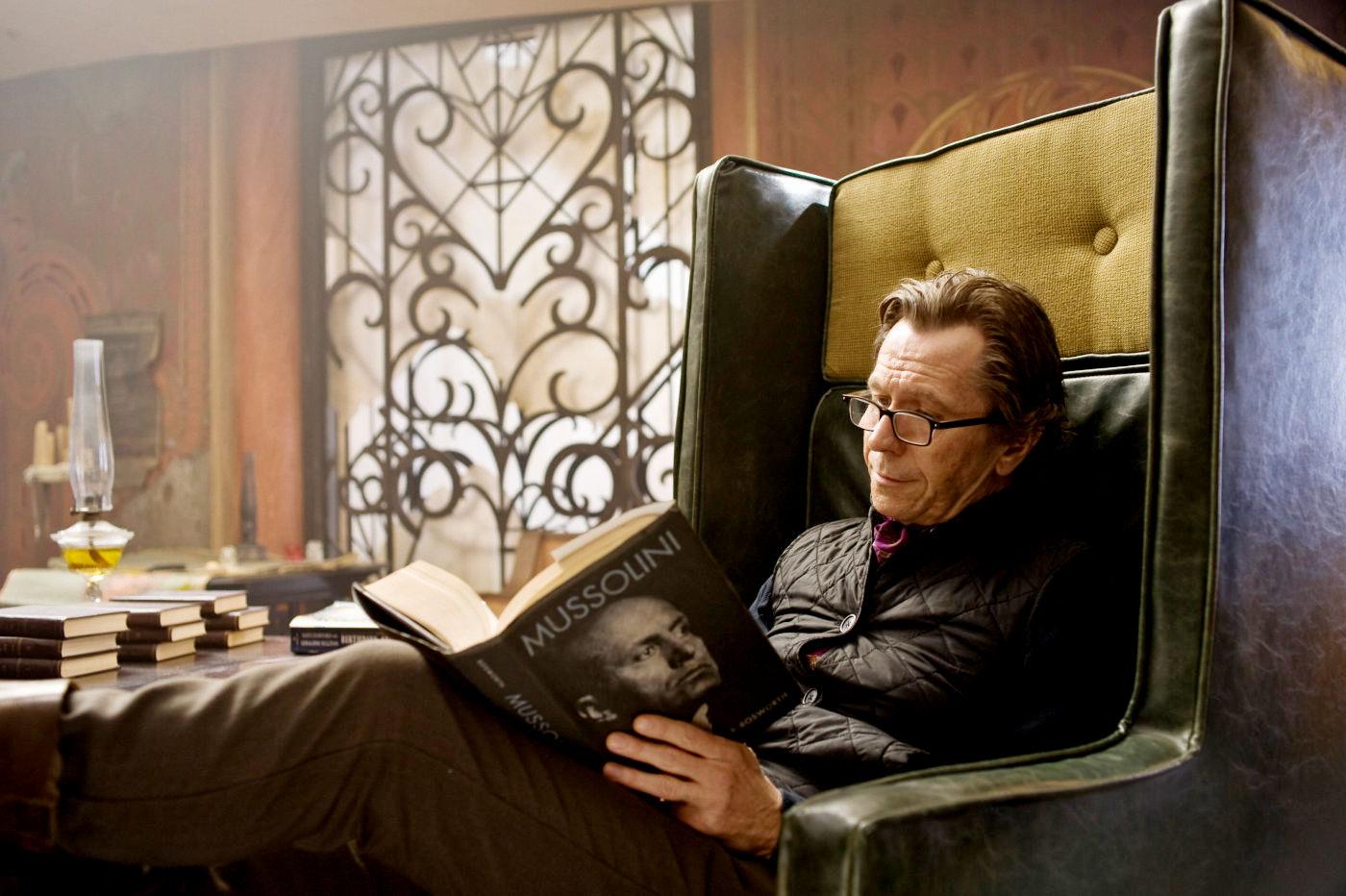 """Gary Oldman w filmie """"Księga ocalenia"""""""